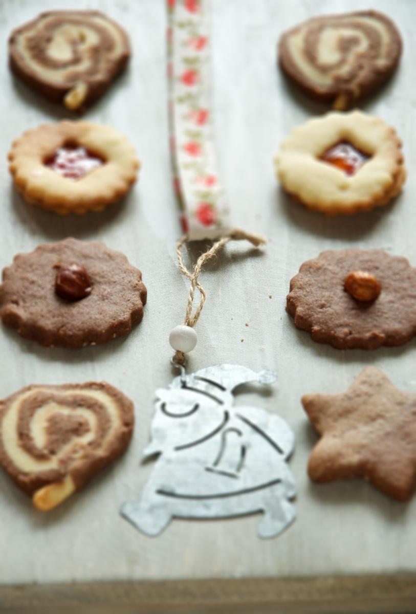 Variazione di biscotti di Natale con nocciole, cacao e vaniglia.
