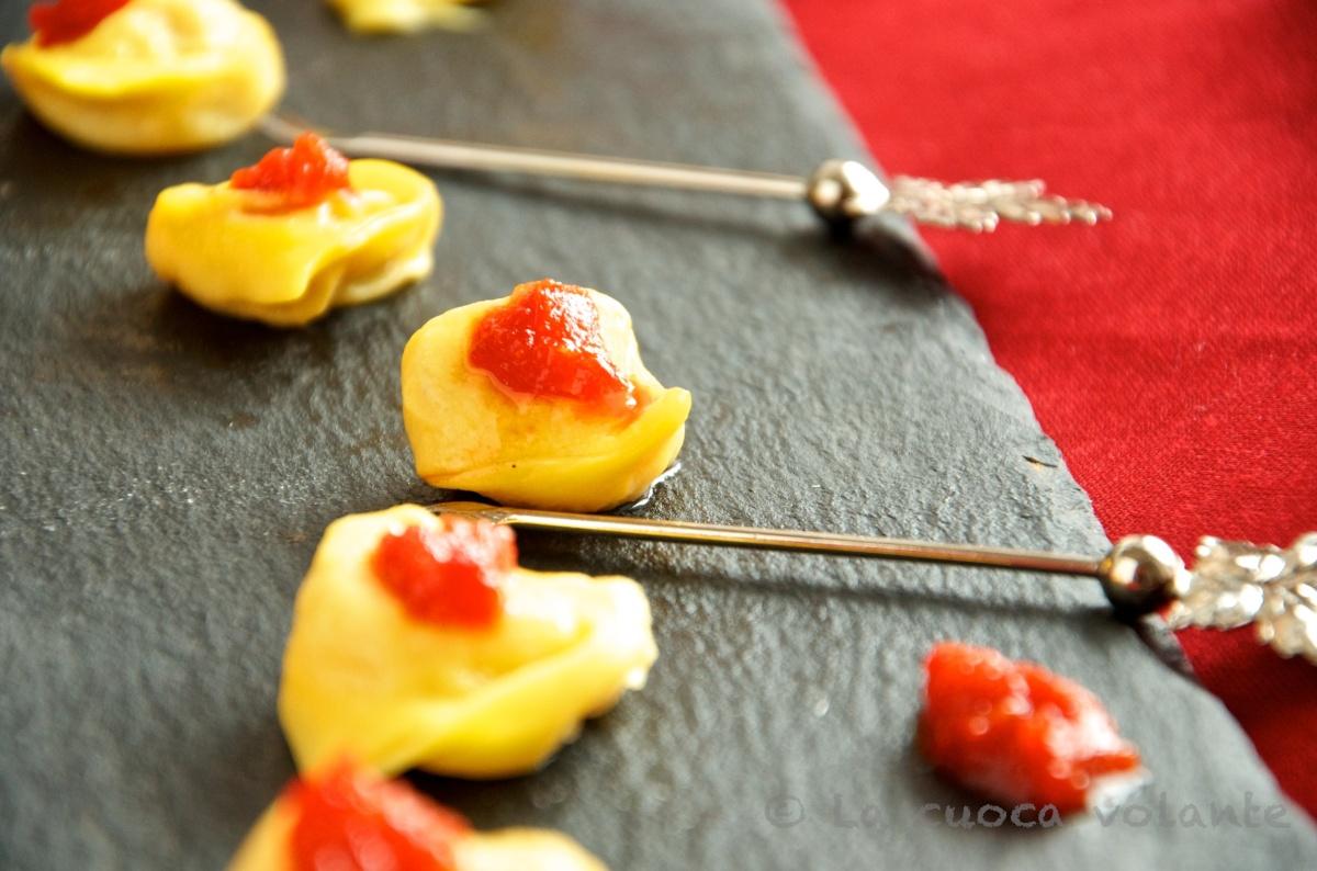 Tortellini Finger Food con Mostarda di Peperoni Rossi